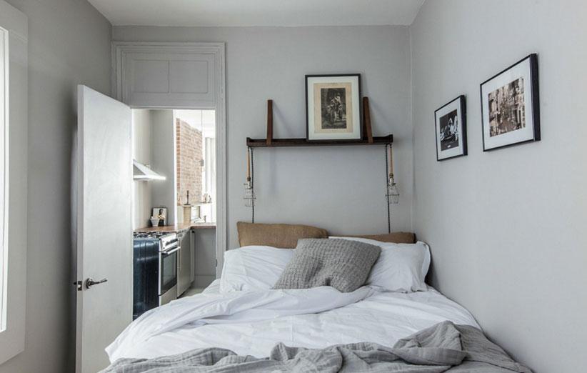 تصویر تخت قرار گرفته در کنج اتاق کوچک