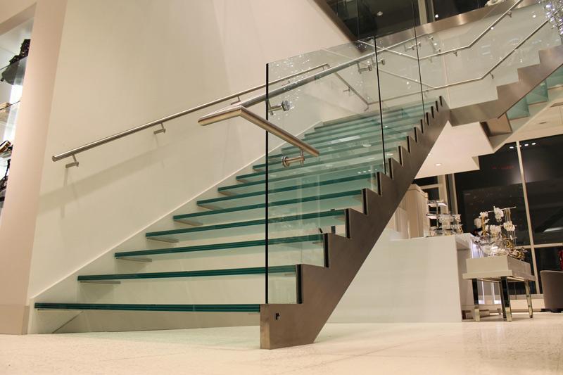 پله شیشه ای با نرده شیشه ای