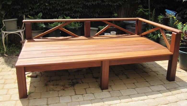 تخت حیاط چوبی